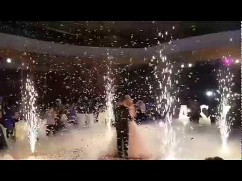 Εφέ χαμηλής ομίχλης ξηρού πάγου και βολές από όπλο κομφετί σε γάμο | Dry Ice Creation