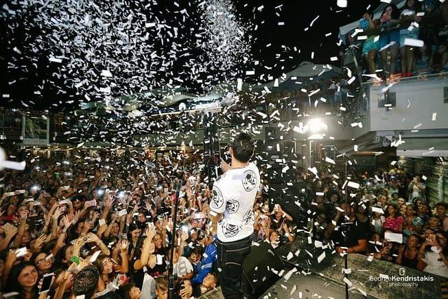 Βολή με όπλο comfetti σε συναυλία