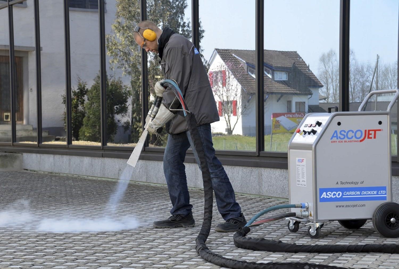 Παγοβολή ξηρού πάγου για καθαρισμό επιφανειών